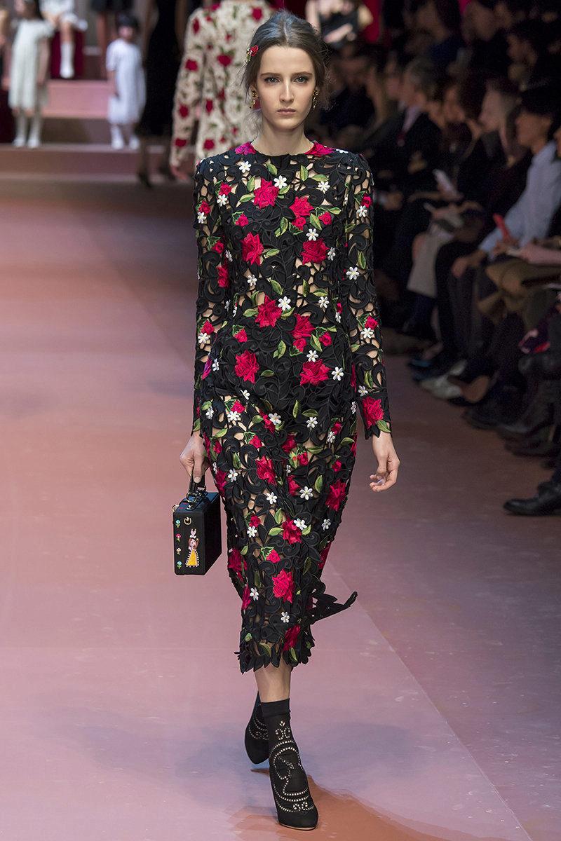 Красные розы на черном платье