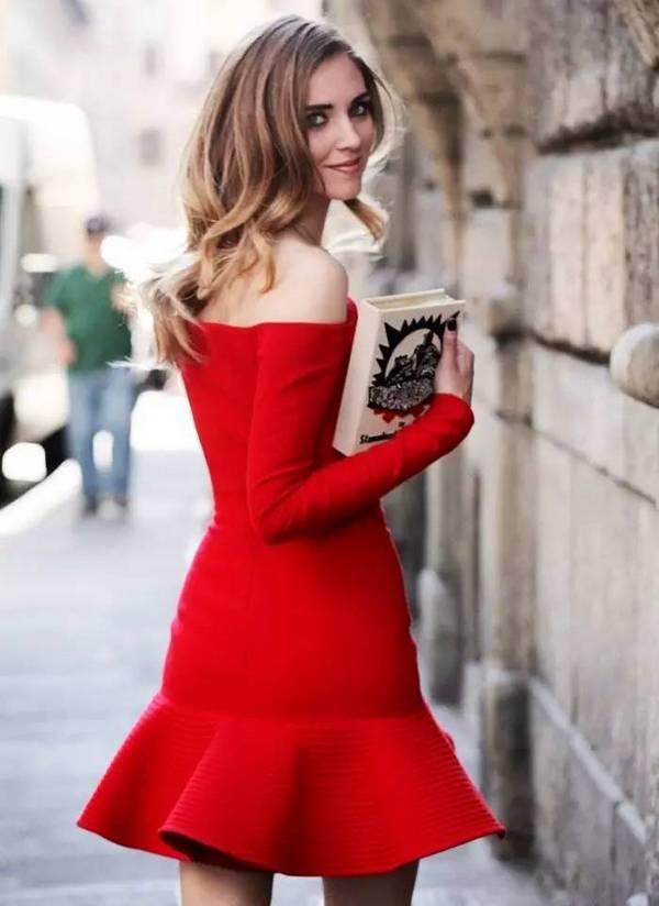 Красное платье с воланом на рукавах