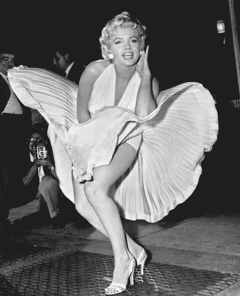 У девушек ветром платье поднимается 20 фотография