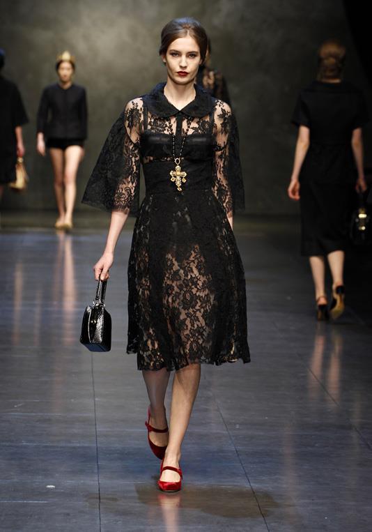 0d5fa83f25d С чем носить кружевные платье  аксессуары под черные