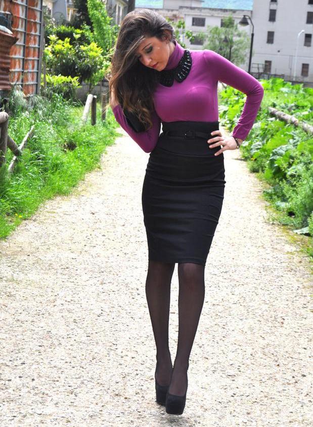 Фото девушка снимает черную короткую юбку