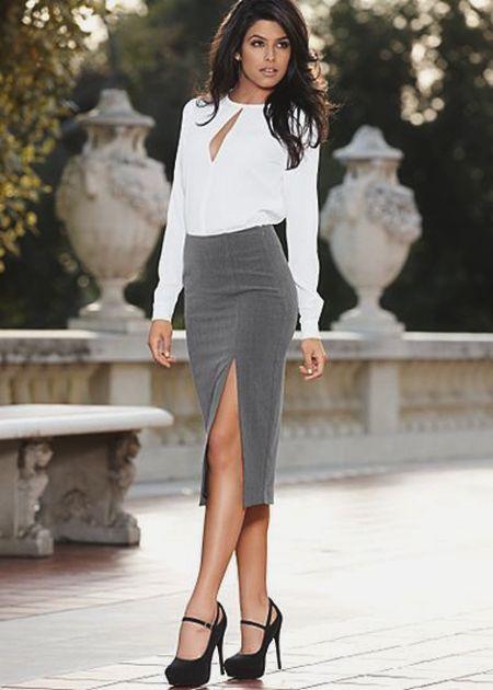 7f6d41e9b73 Серая юбка карандаш с разрезом по бедру в сочетание с белой блузкой с  длинным рукавом