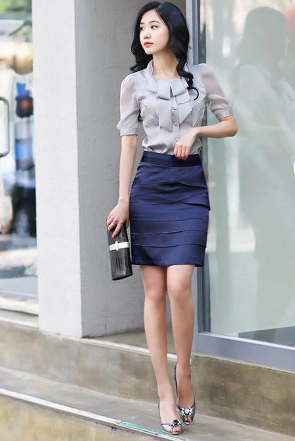 Голубая блузка и серая юбка