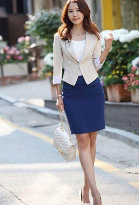 Белый пиджак и синяя юбка