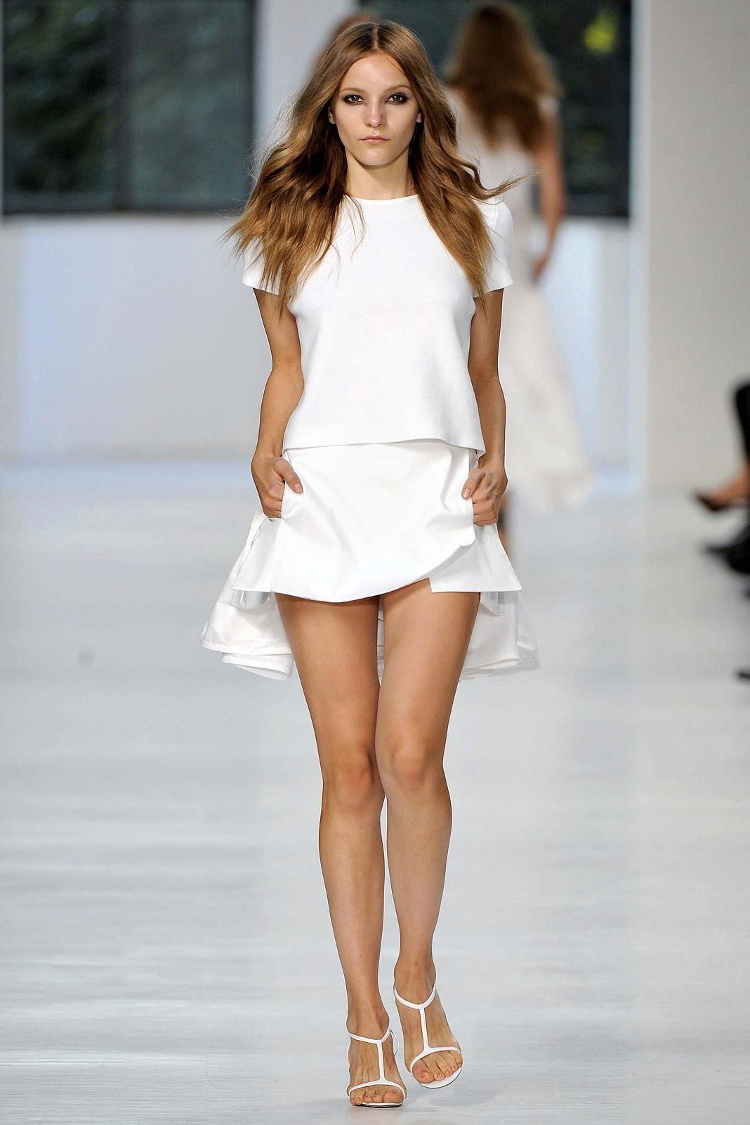 девушка в белом мини собчак этой фото