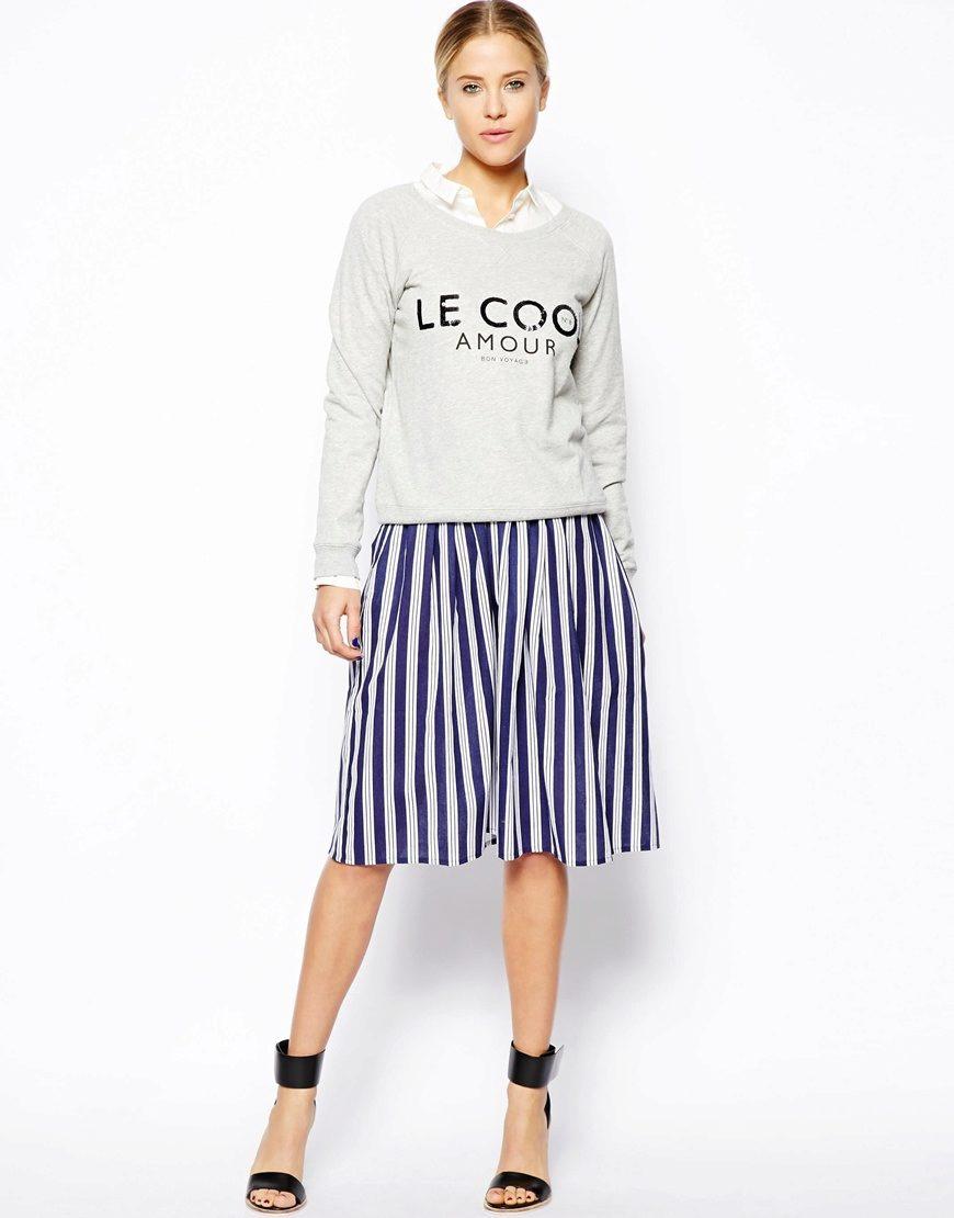 бело-синяя юбка в вертикальную полоску