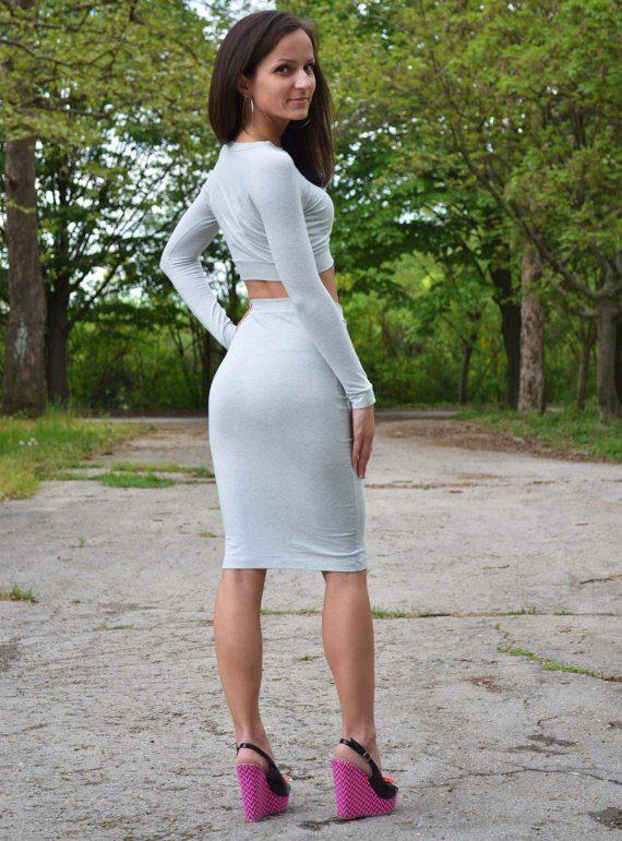 Девушка в узкой мини юбке