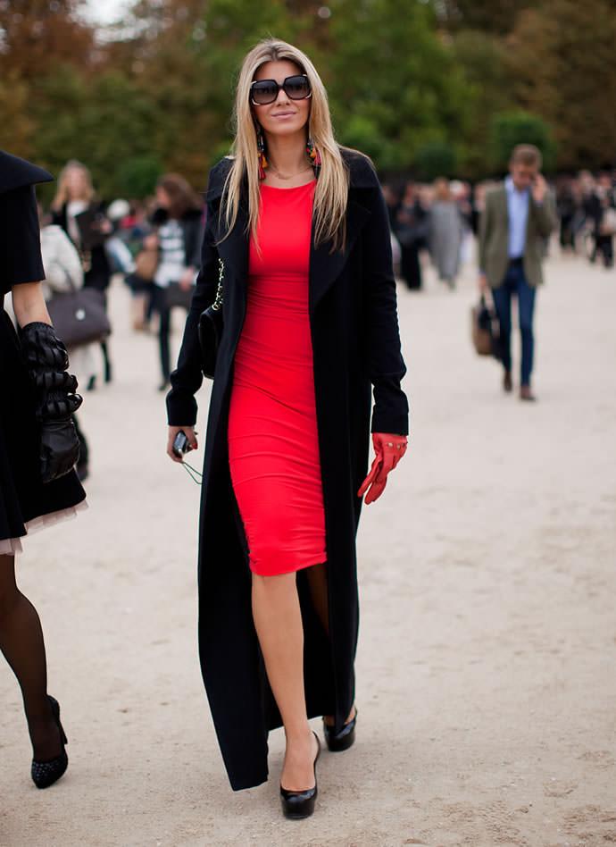 Фото красного платья с красными сапогами