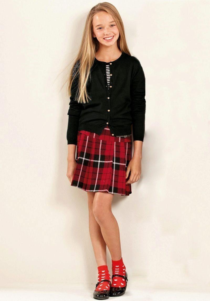Юные модели в мини юбках
