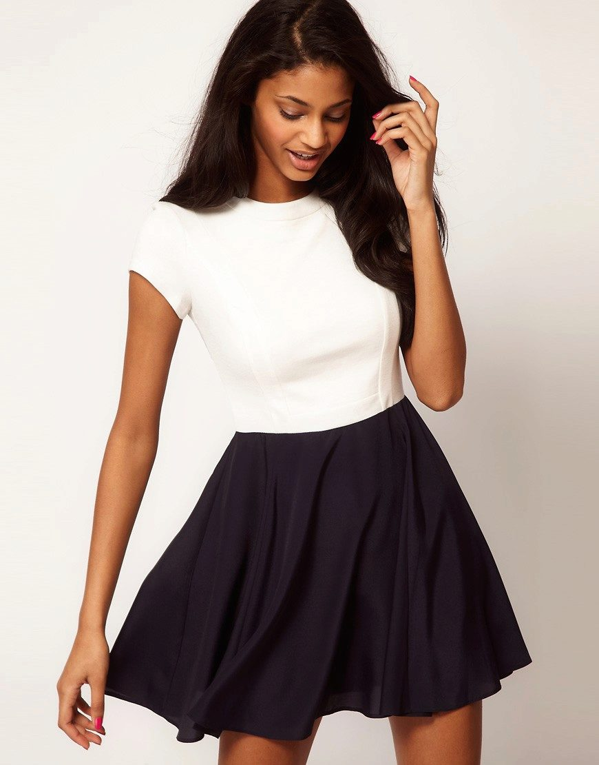 Белая футболка с длинной юбкой