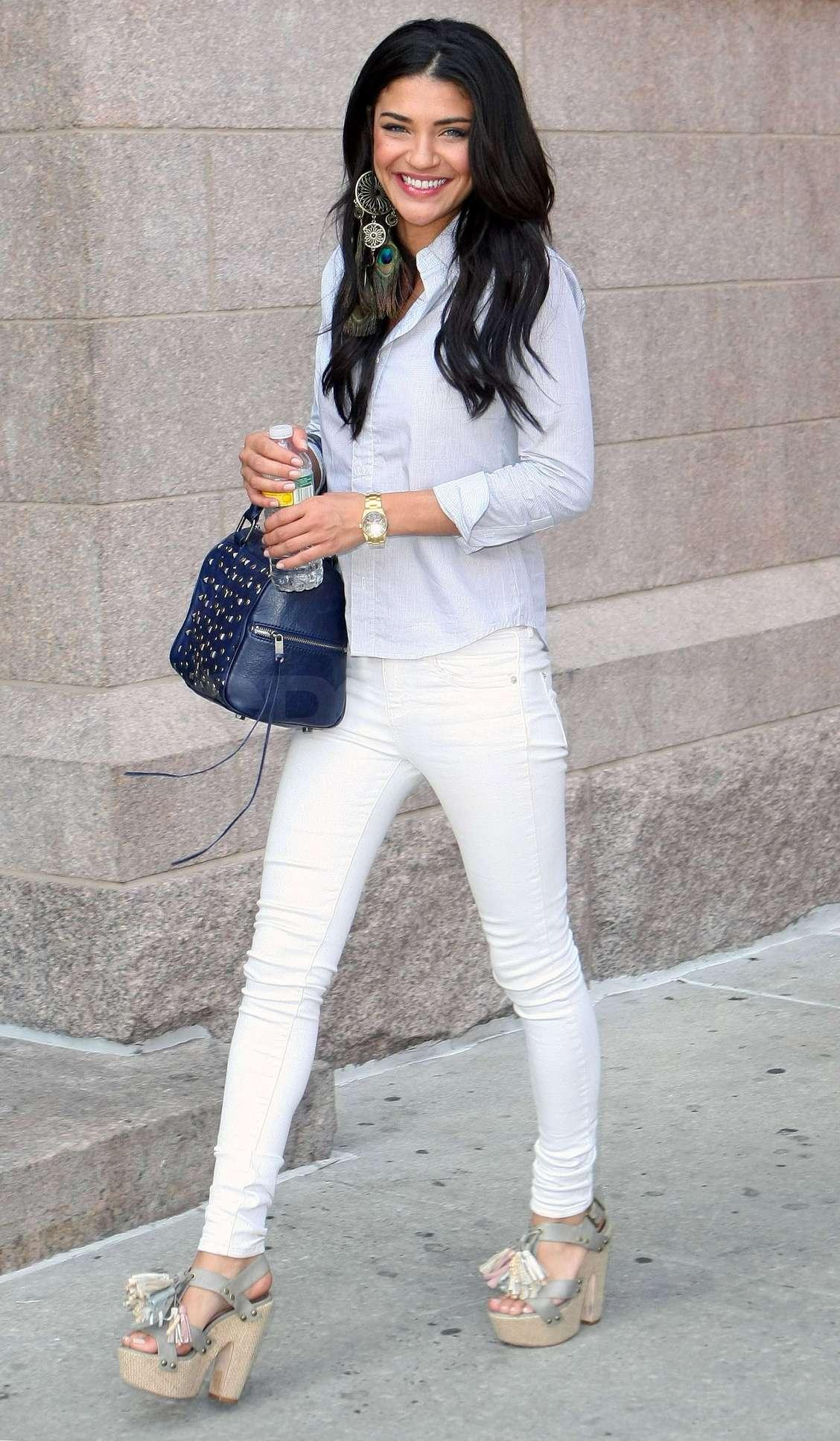 В обтягивающих девушки джинсах белых