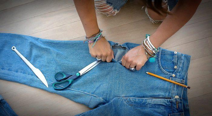 Как сделать модно разрезы на джинсах