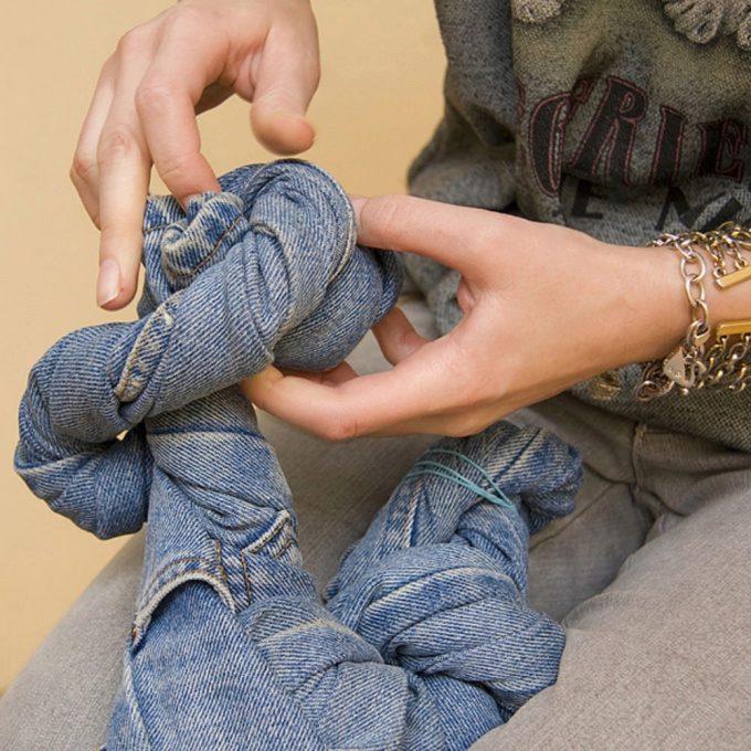 Как состарить джинсы в домашних условиях своими руками: мастер-класс и видео