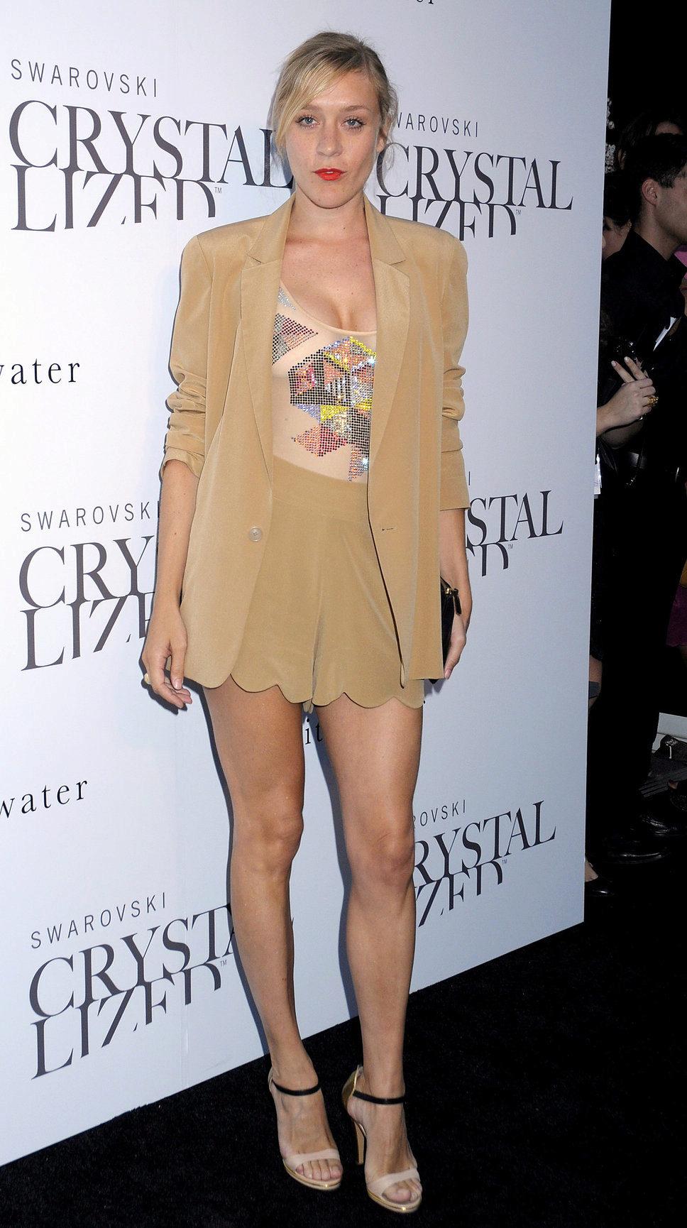 bb89748e92ce Модель костюма шорты и пиджак относится к повседневному стилю. Кожаные  костюмы с шортами выглядят строго и сексуально. Их рискнут надеть только  девушки ...