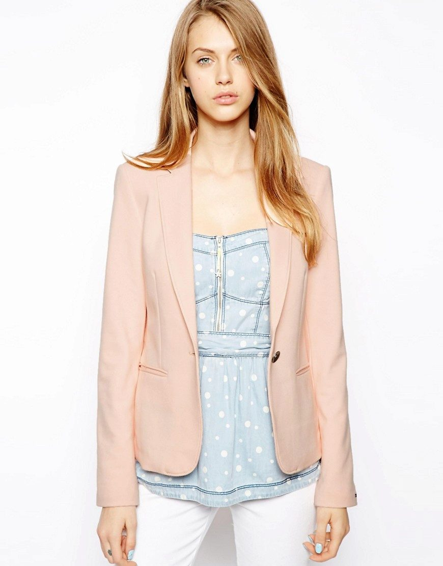 e3899faab78 Приталенный розовый пиджак выгодно подчеркнет талию. Хорошо подходит тем