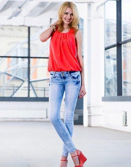 Красивые девушки в мокрых джинсах