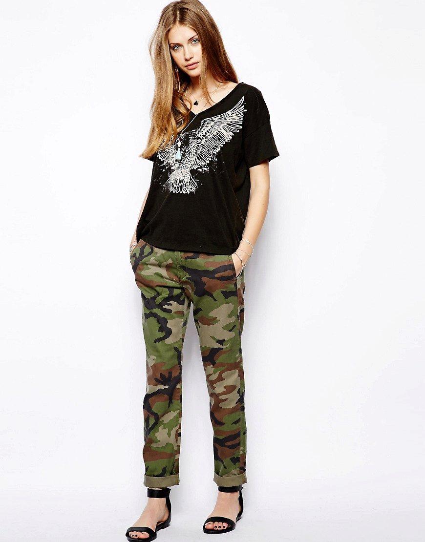 7ff2cecd0ee3e Современный мир моды показывает, что тут нет места стереотипам - камуфляж  не обязательно носить с черной майкой и грубыми ботинками.