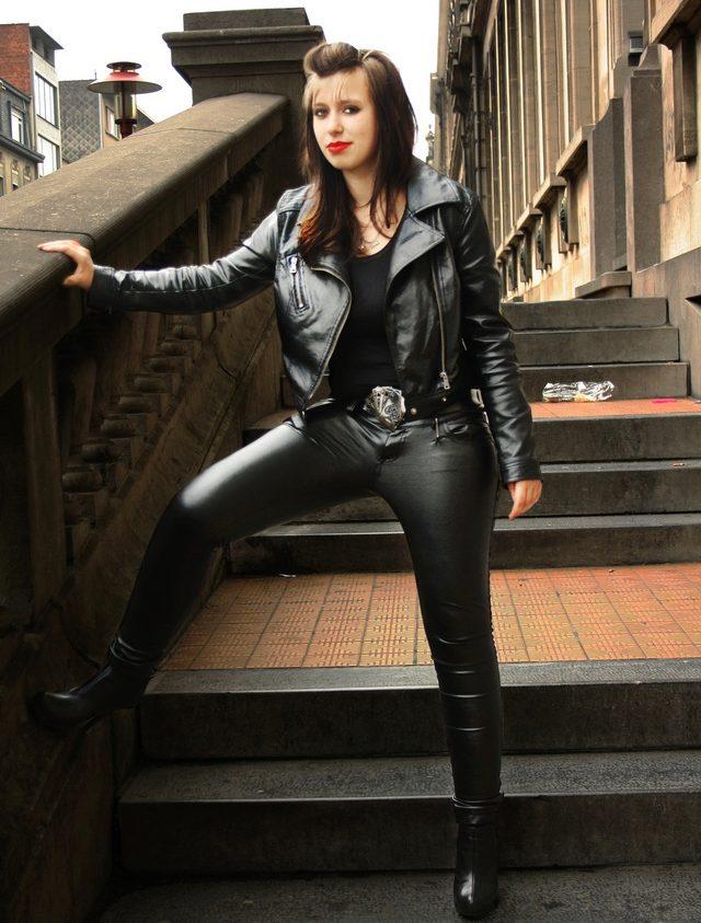Туб молодые женщина в кожаных брюках фото грубо