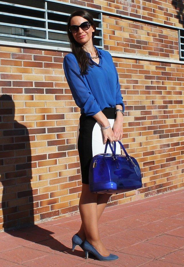 Синие брюки и синяя рубашка