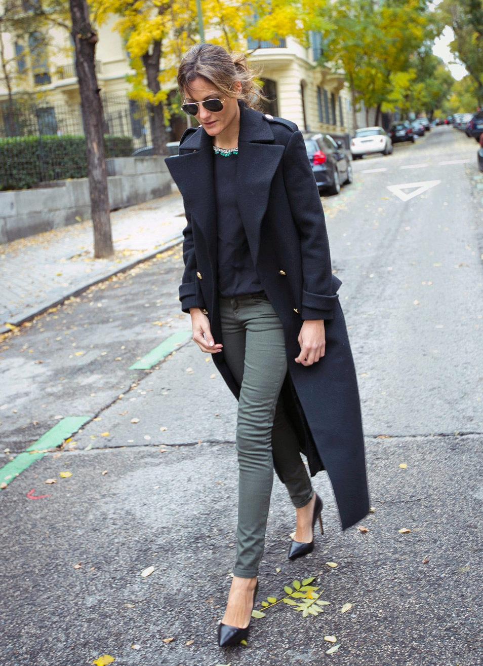 Что носить с черным длинным пальто