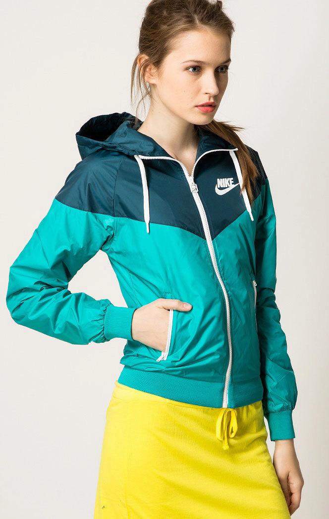 1635eeef Несмотря на то, что олимпийка – это элемент спортивной одежды, к ней  прекрасно подходит мягкая текстильная юбка.