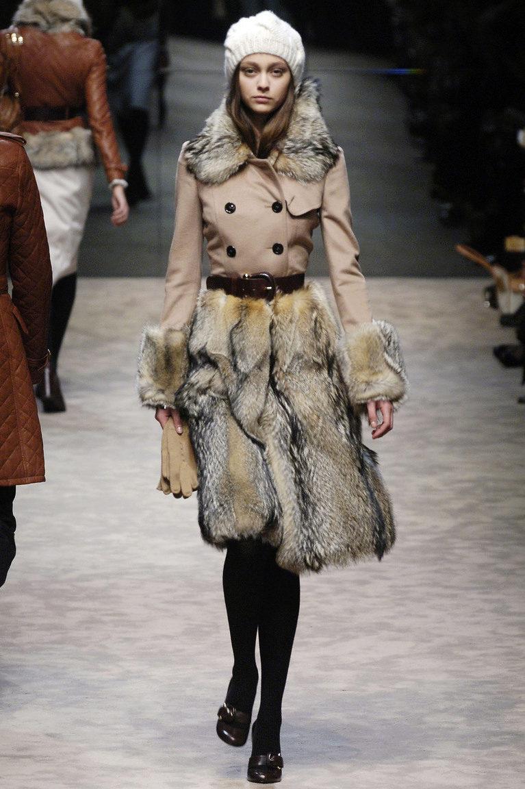 Пальто с мехом (198 фото): из плащевки, кожаные, женское пальто на меховой подстежке, с меховыми рукавами, с мехом внизу, черное