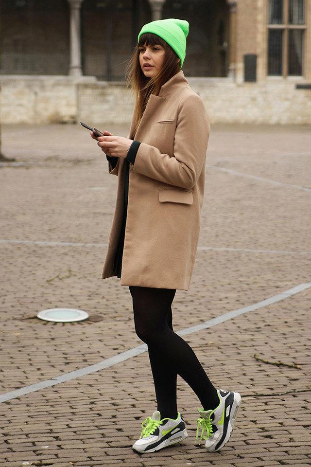 Пальто и кроссовки женские