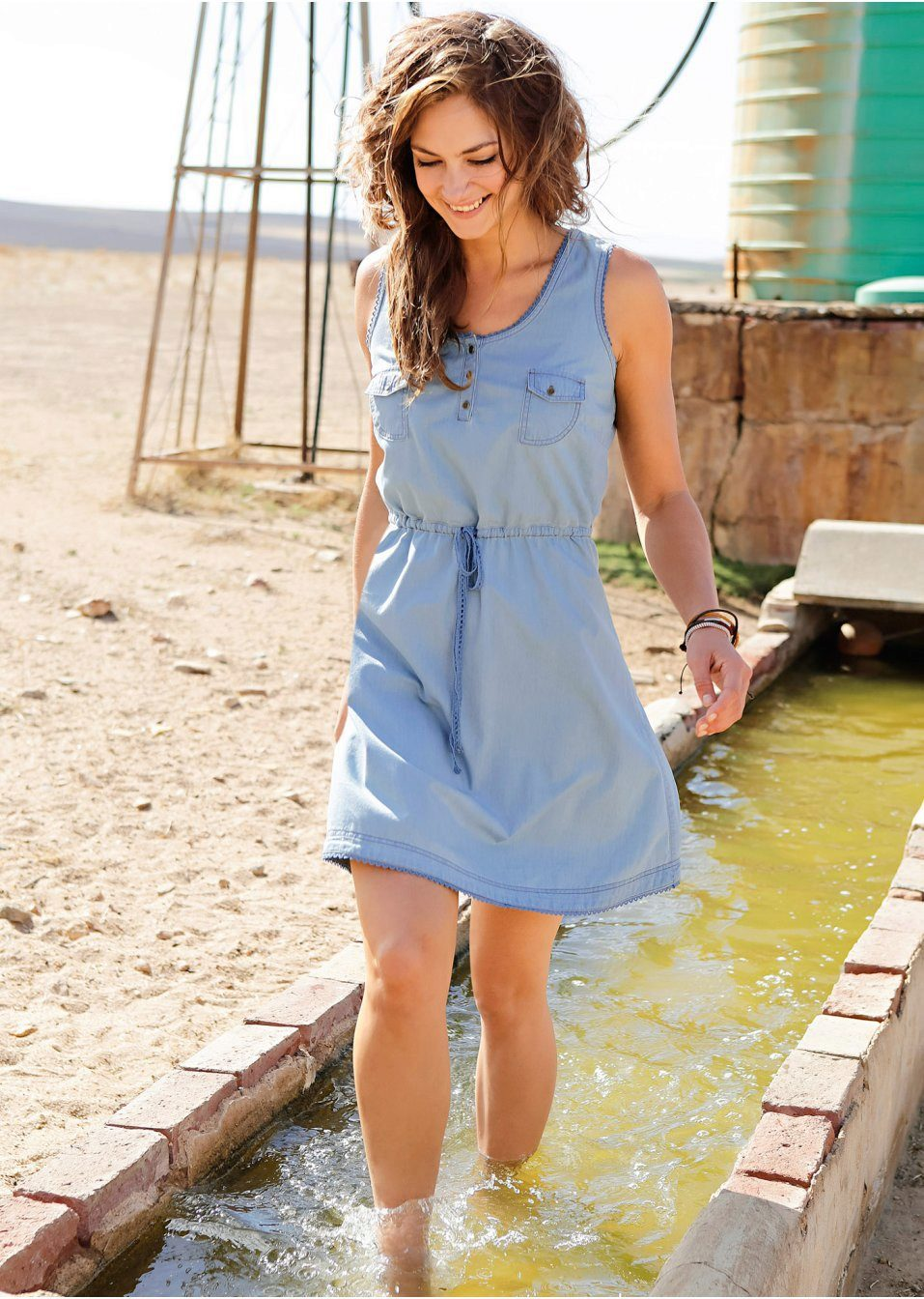 Девушка в джинсовом платье