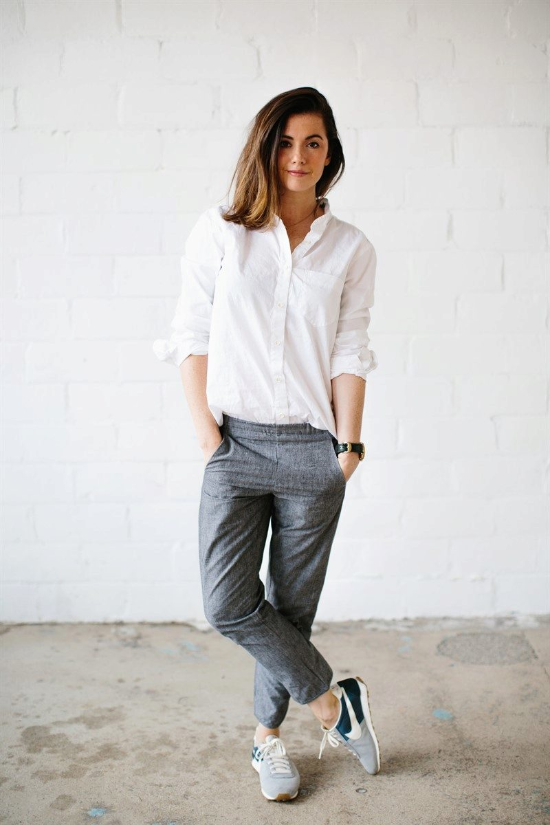 Рубашка джинсы и кроссовки женские