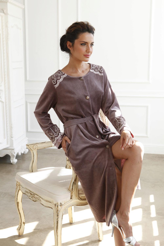 db84371a089a2 Велюровые халаты радуют своих хозяек яркими насыщенными цветами и  жизнерадостными принтами. Порой современные дизайнеры даже комбинируют  велюр с шелком, ...