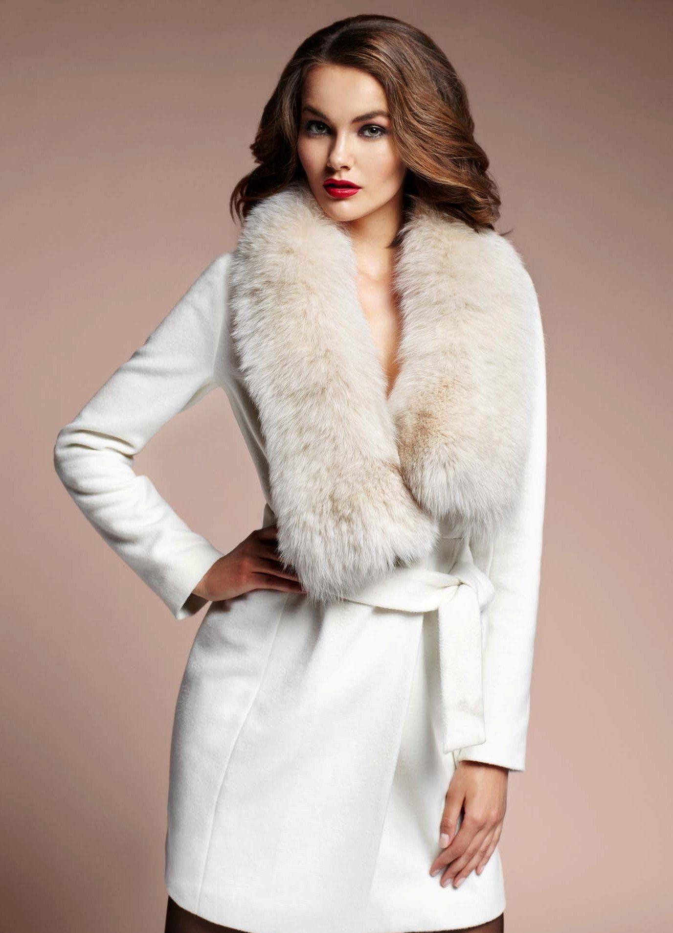 a5f6c70b3683 Зимнее женское кашемировое пальто с меховым воротником (75 фото)