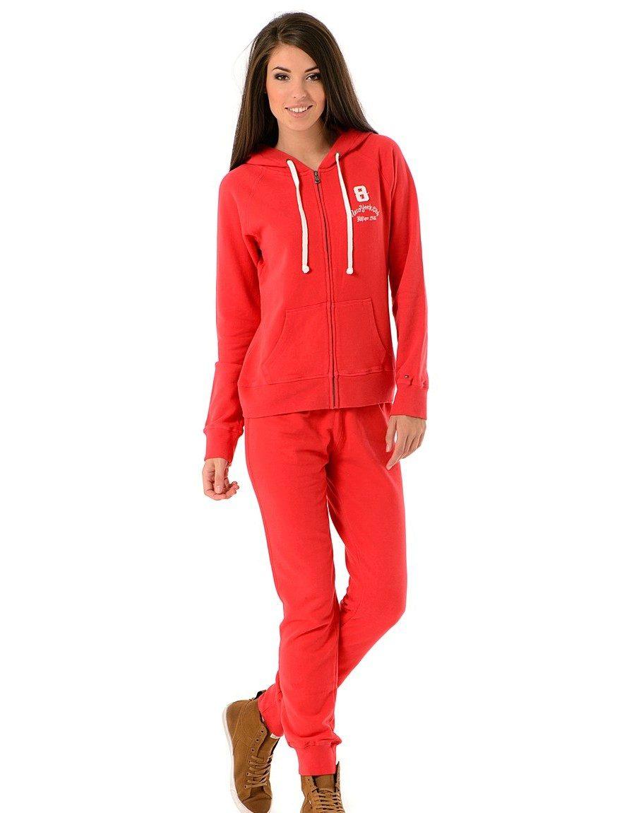b27fa86fa652 Красный цвет один, а оттенков у него может быть много. Причем оттенок  вашего красного спортивного костюма может нести различный смысл и  восприниматься ...