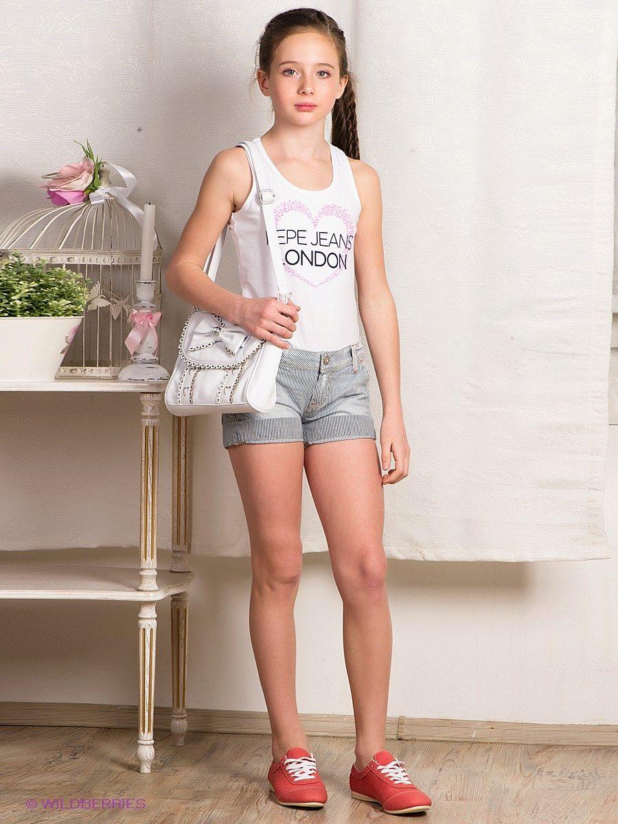 Девочка модель в белых шортиках 73