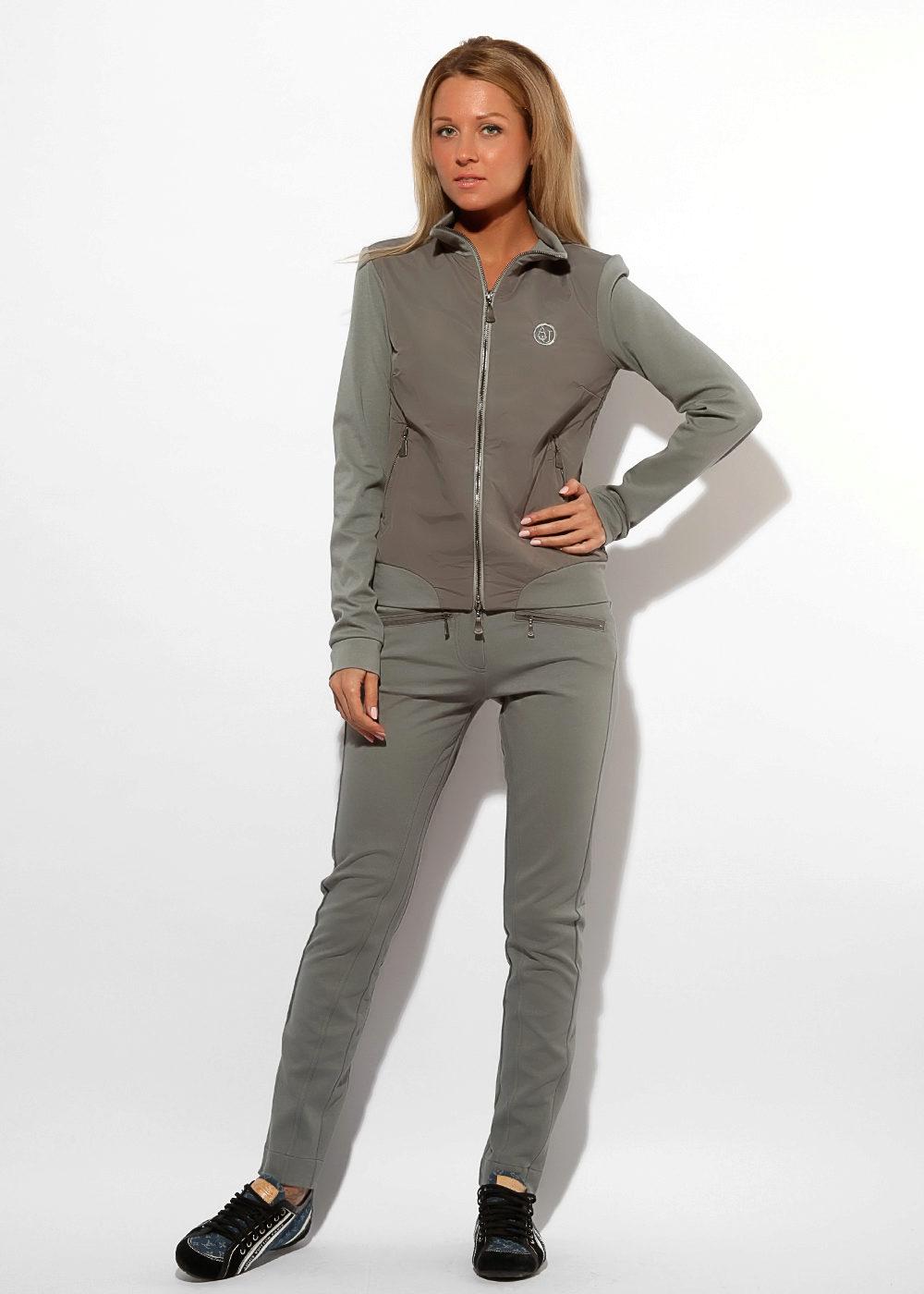 8b6ab6e868c0 Модный дом Armani наглядно доказал, что женщины могут выглядеть в спортивном  костюме стильно и сексуально.