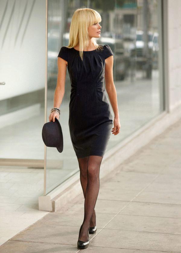 d8ddc90b004 Белые колготки. Это очень интересная комбинация белого с черным платьем и  туфлями. Хотя стилисты и предупреждают