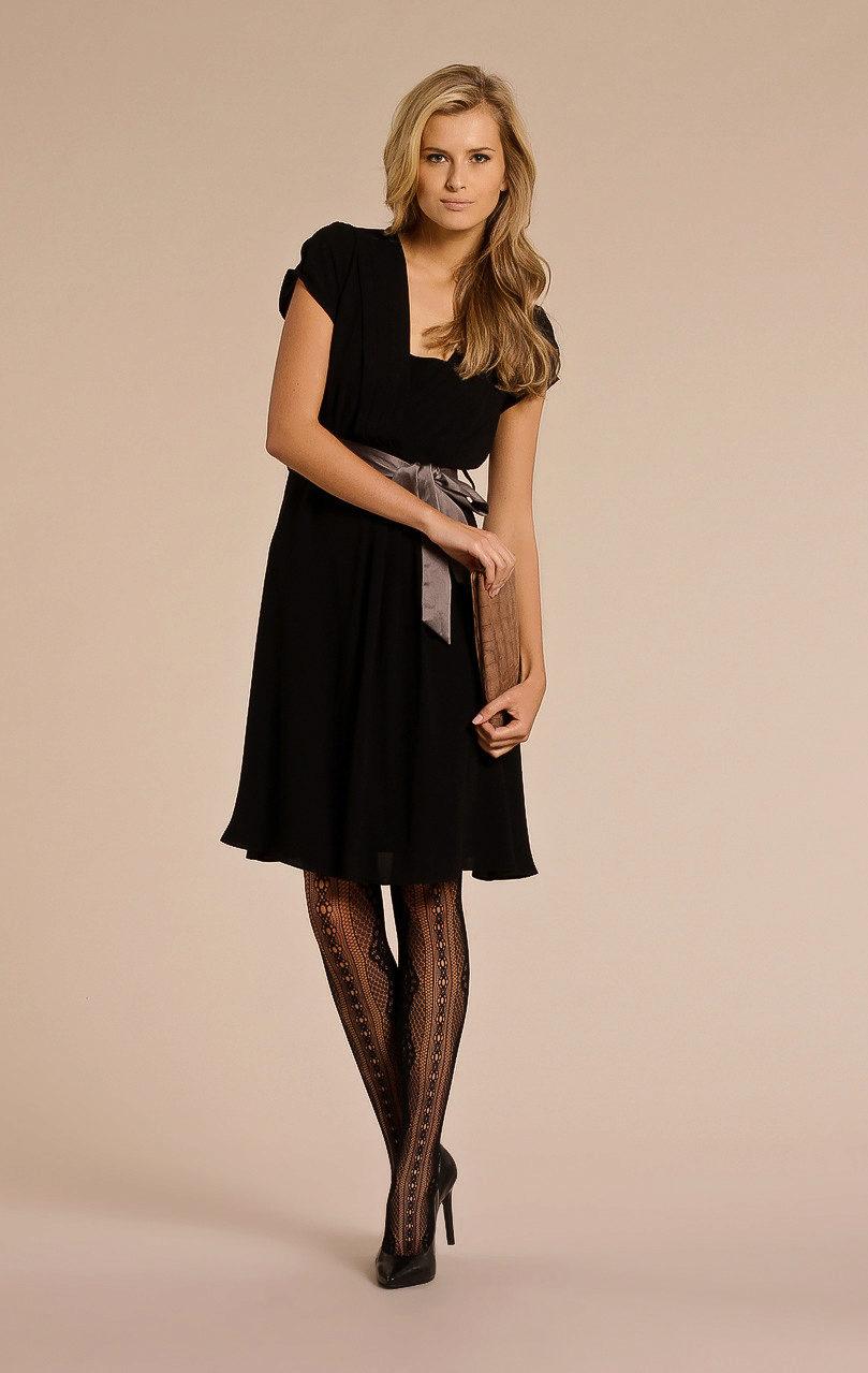 10c5e847a3a Колготки ярких цветов с черными туфлями также могут быть в праздничном  наряде