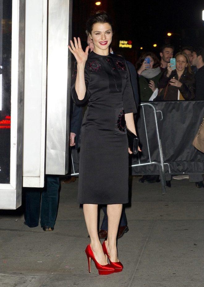 Черное платья и красные туфли