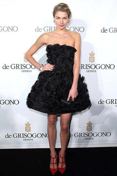 Член черное платье и белые чулки фото моделей нижнем
