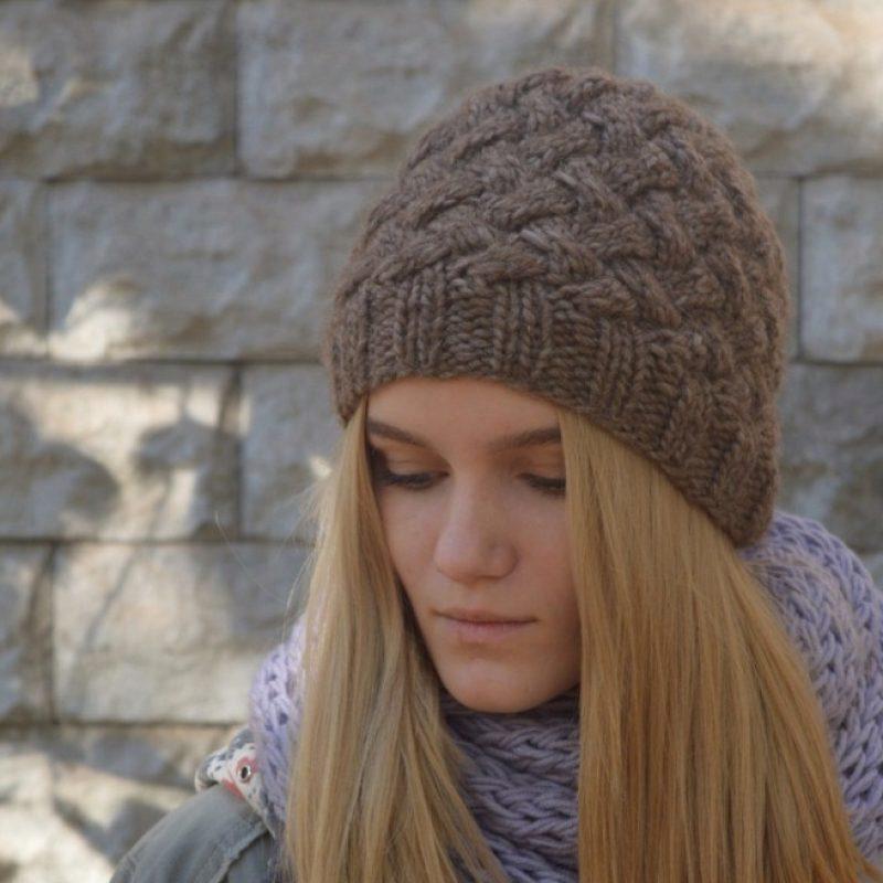 шапка на спицах плетенка