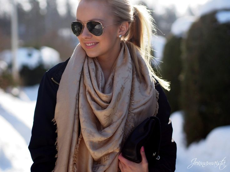 Кстати, одна из этих моделей (шарф серого цвета) имеет созвучное название с  нашей северной столицей и называется St Petersbourg. dd876552617