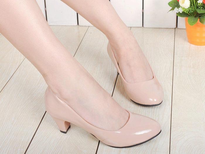 Молочные туфли лодочки на среднем каблуке из натуральной кожи