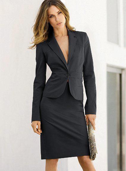806243c393b35f7 Классический костюм – это базовая вещь, которая позволит в любой ситуации  выглядеть стильно, модно и дорого. Меняя украшения или добавляя аксессуары,  ...