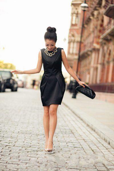 Бежевые туфли с черным платьем