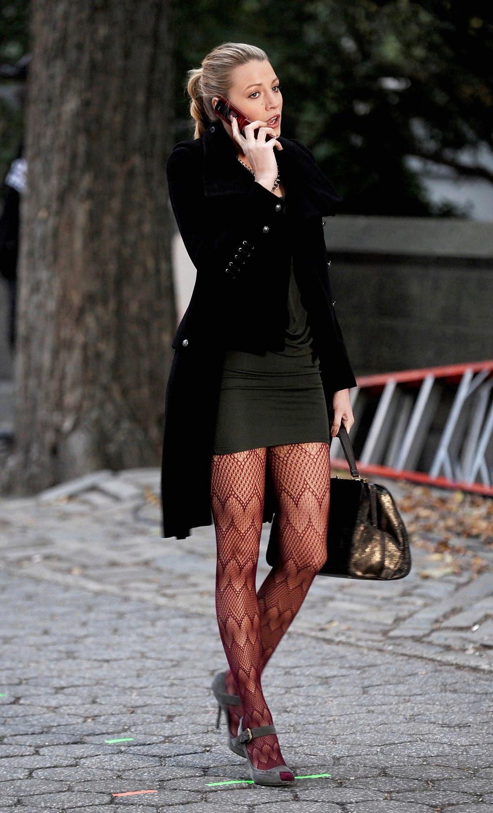 Девушка в на каблуках курит видео, попова сиськи свои покажи видео