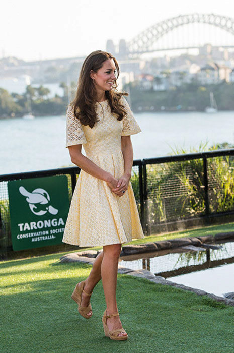 Туфли на танкетке и платье