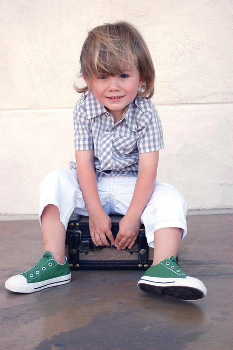 Модный мальчик в кроссовках