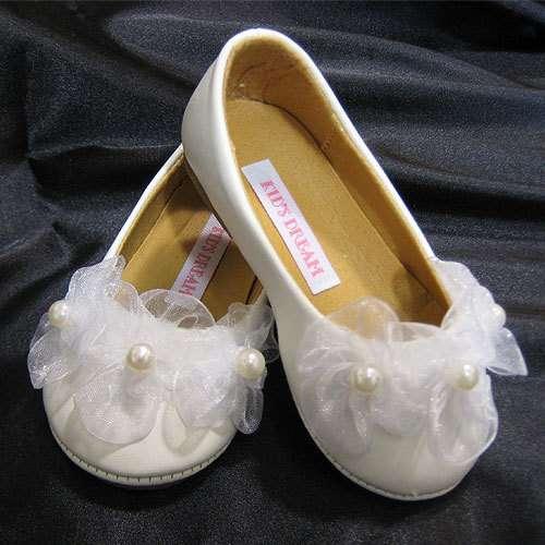 8d3b4713d Такая обувь подходит под любое платье, придает образу свежести, невинности  и воздушности. Можно иметь одну пару белых туфелек, но обувать ее под  различные ...