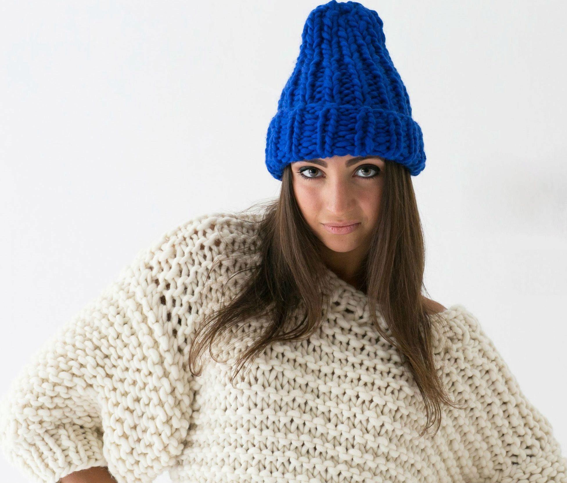shapka-iz-tolstoj-pryazhi-38 Модные вязаные женские шапки в технике бриошь: схемы вязания. Как связать спицами красивую шапку чалму, тюрбан, бини, азиатским колском: схемы, узоры