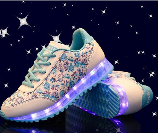 6c8c0761 Светящиеся кроссовки для самых маленьких детей могут быть украшены  мультипликационными или сказочными персонажами. Малыши просто обожают  кроссовки в виде ...