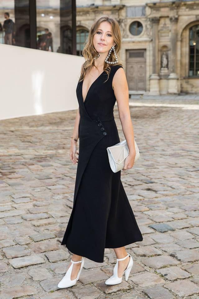 Белые босоножки под черное платье